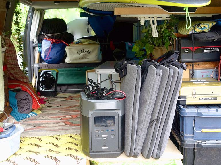 バッテリー本体とソーラーパネル4枚を車の中に収納