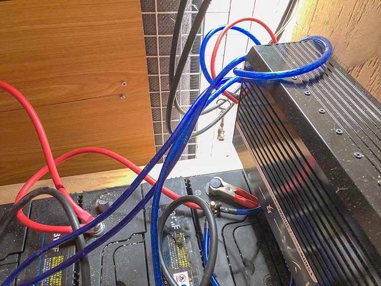 インバーターとバッテリーをつなぐ配線