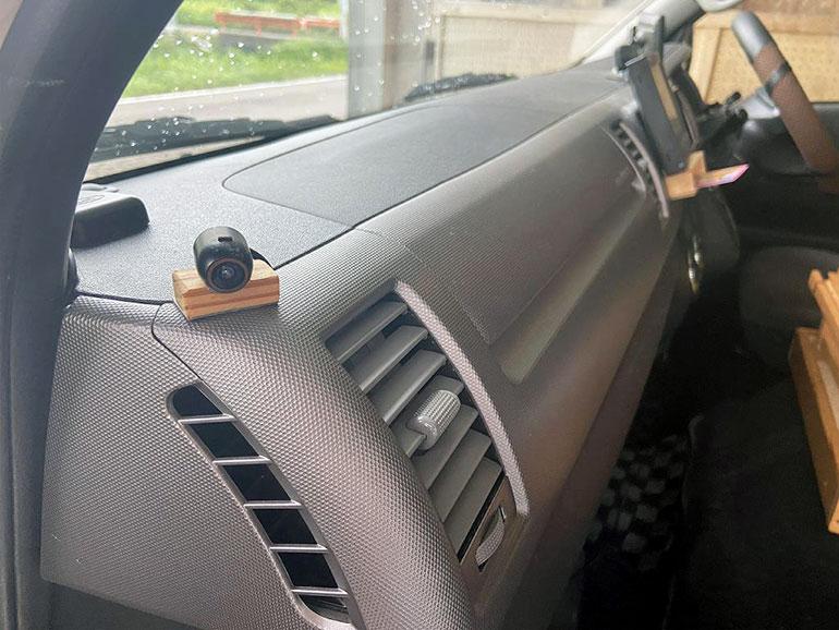 手席側死角対策用のカメラ