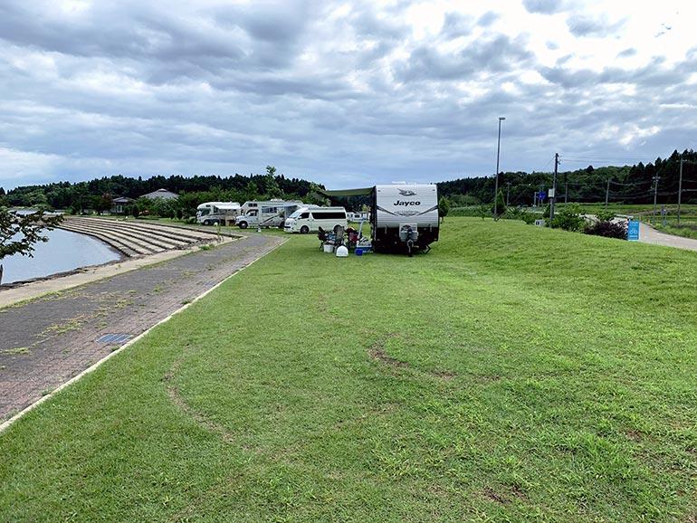芝生の駐車エリア