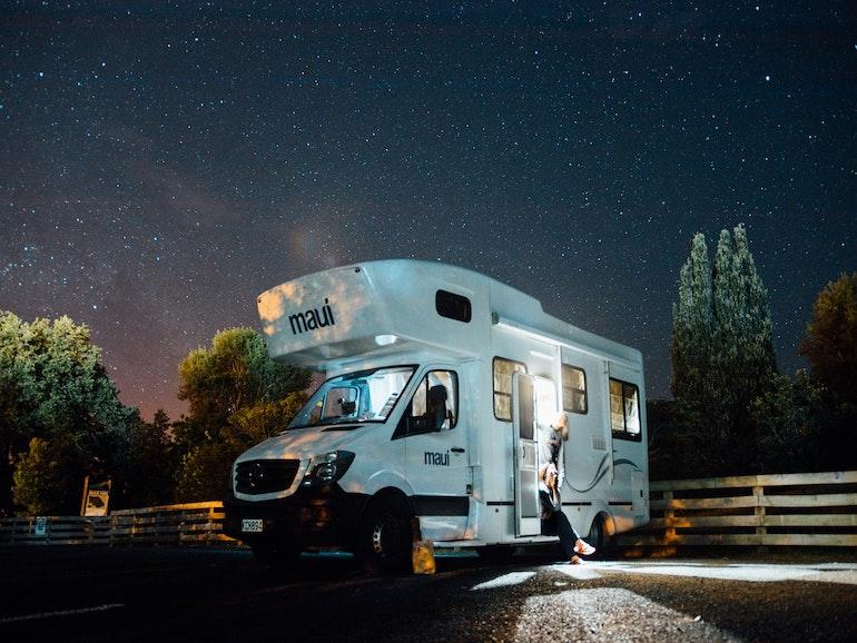 キャンピングカー 夜空