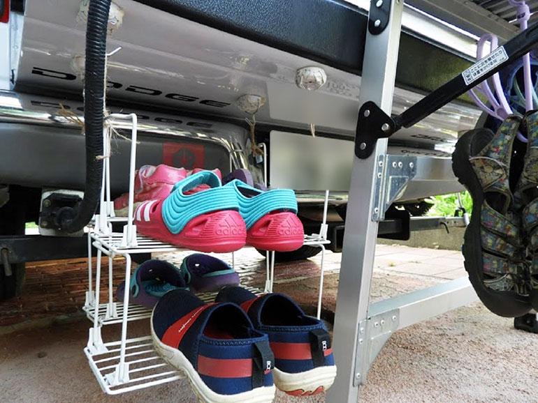 靴用ハンガーと2段式のワイヤーラック