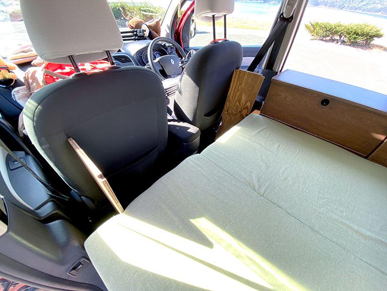 助手席と運転席の後ろに板を差し込む