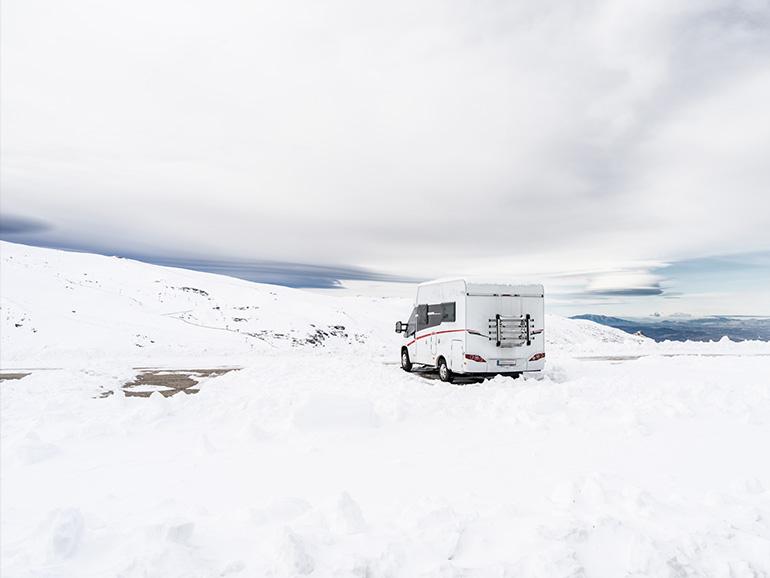 雪の中駐車しているキャンピングカー