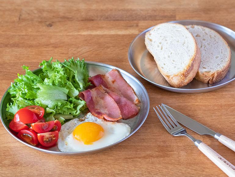 「ソトレシピプロダクツ」アウトドア食器 ステンレスプレートでの朝食