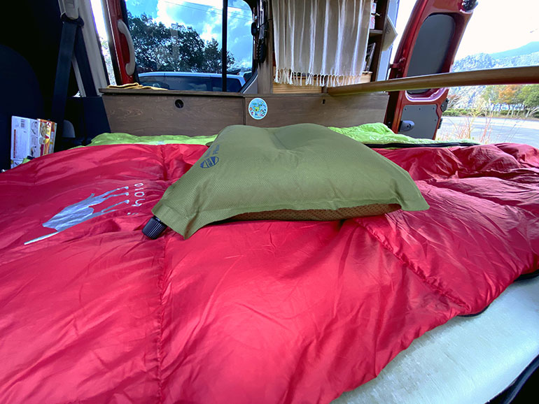 空気を入れるタイプの枕