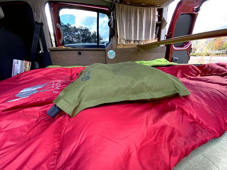 空気を入れるタイプの枕2