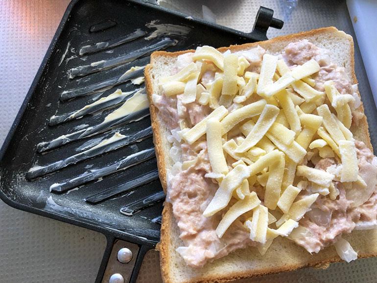 ツナと玉ねぎ、チーズのとろとろホットサンド 作り方2