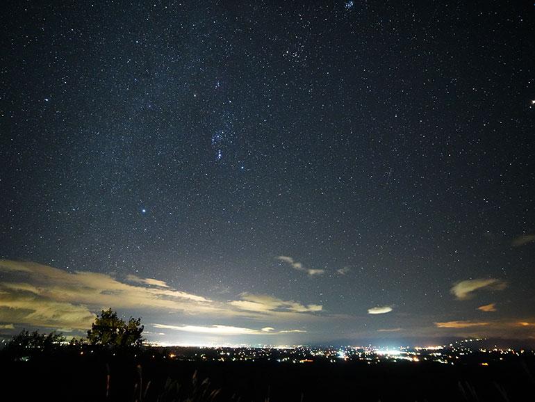 パーキングエリアから撮影した星空