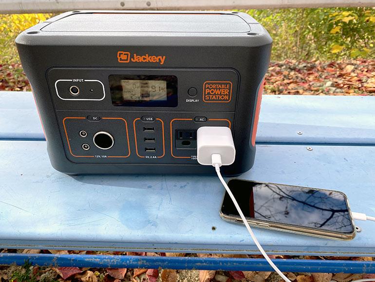 Jackeryポータブル電源700でスマートフォンをを充電している様子
