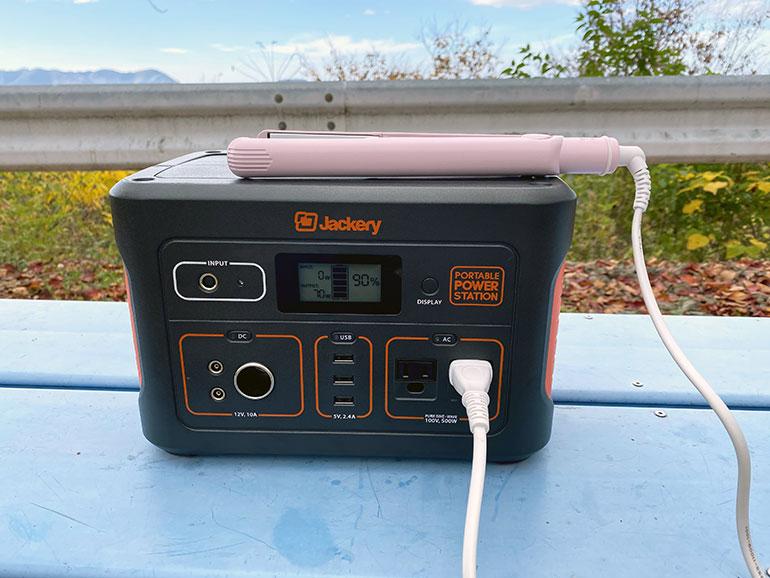 Jackeryポータブル電源700でヘアアイロンを仕様している様子