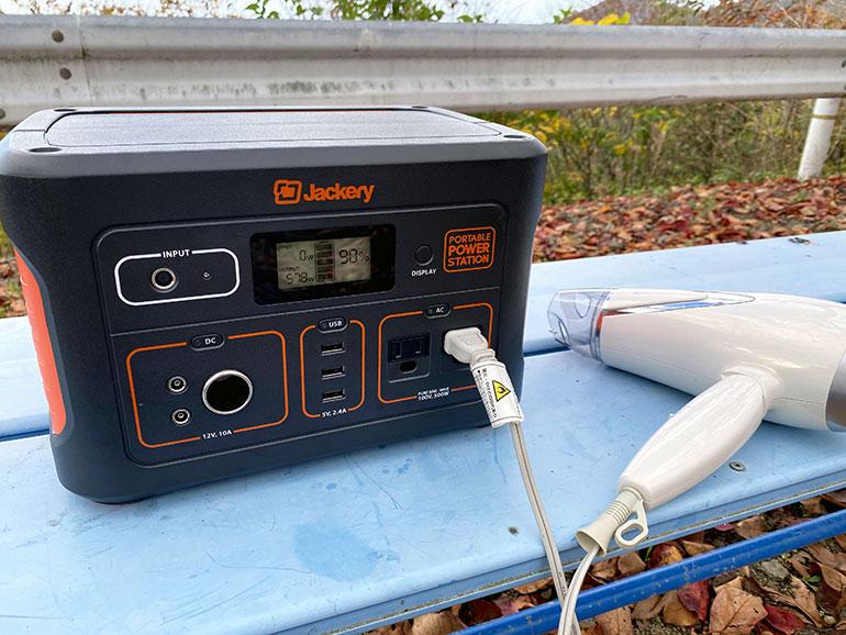 Jackeryポータブル電源700でヘアドライヤーを仕様している様子