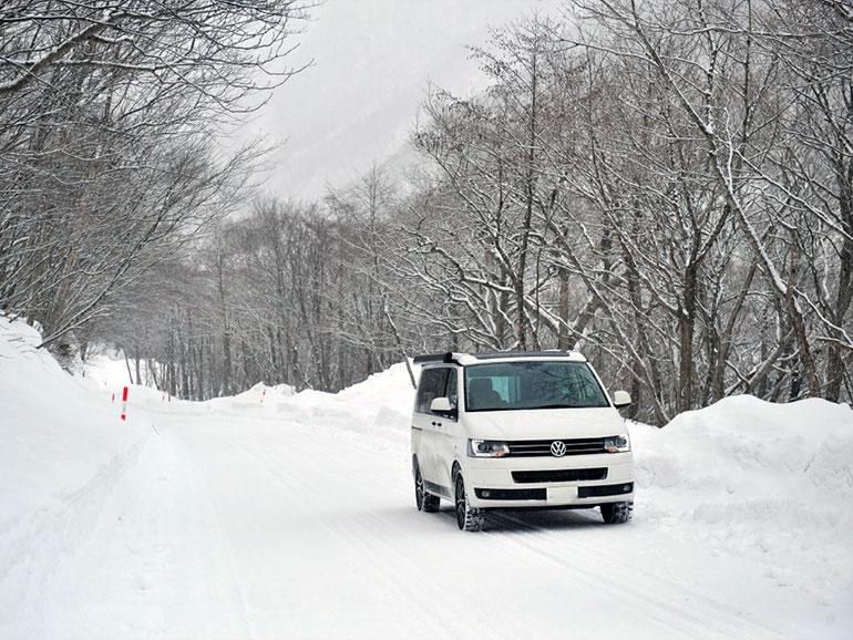 雪道を走る車