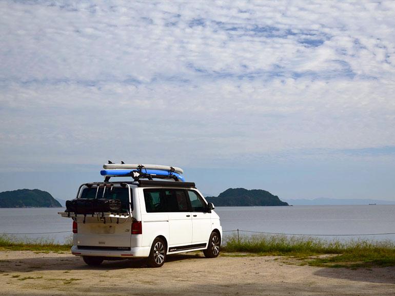 海の前に止まる車
