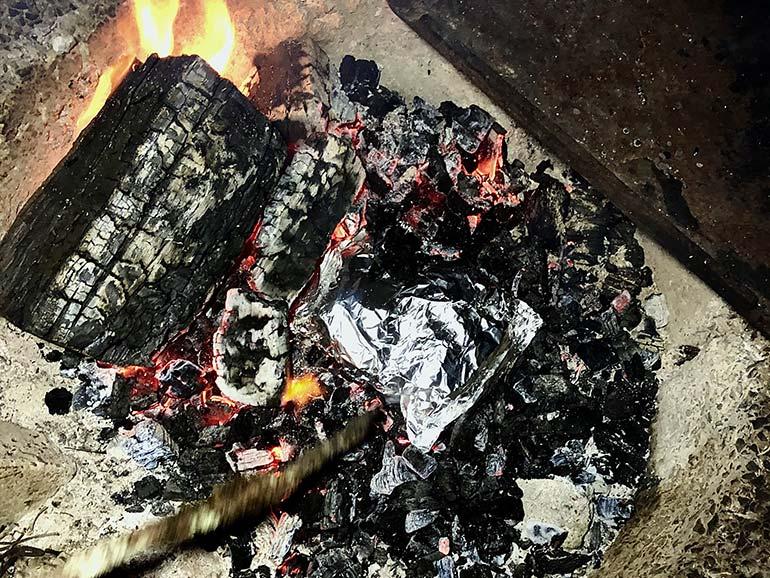 チキンを炭火に投入