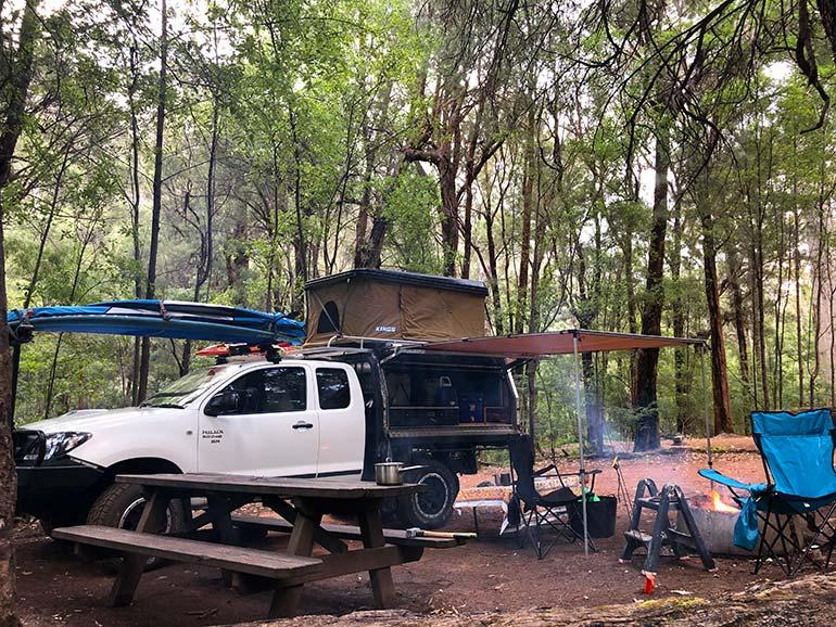 車でのキャンプ