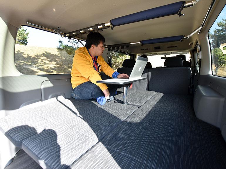 NV350キャラバンマルチベッド ベッドと机