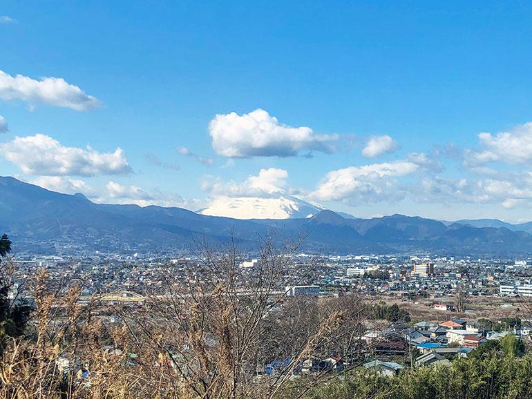 遠方に見える雪の降り積もった富士山