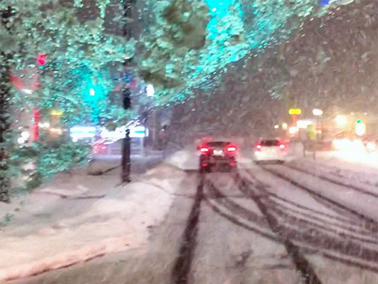 雪の積もった車道