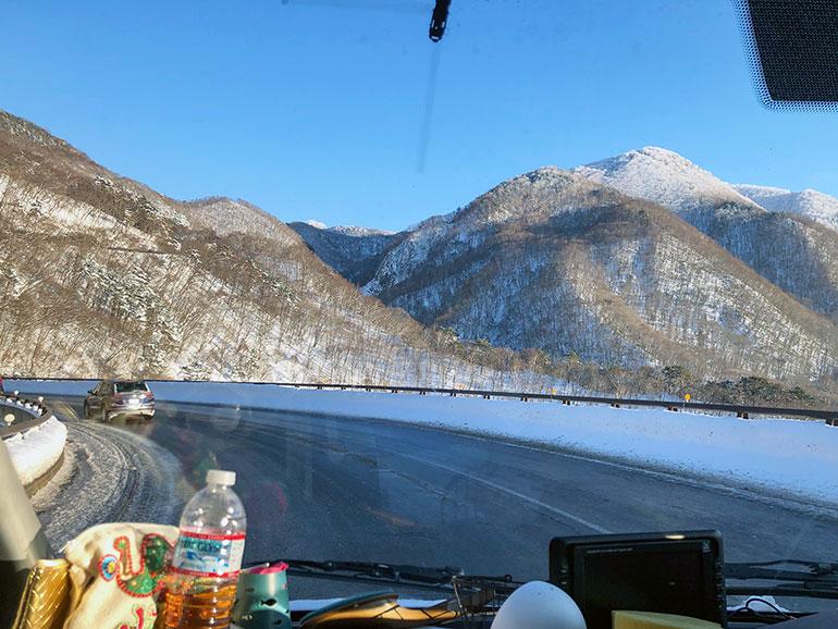 雪の残る山間の道路