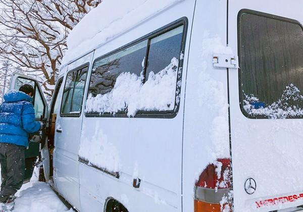 雪が降り積もったバン