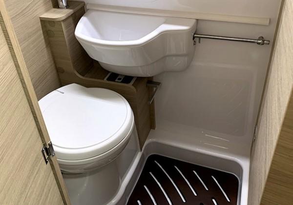 キャンピングカーのトイレ シャワールーム