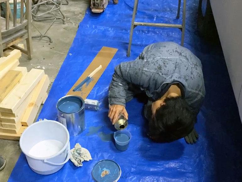 プラカップに塗料を入れる