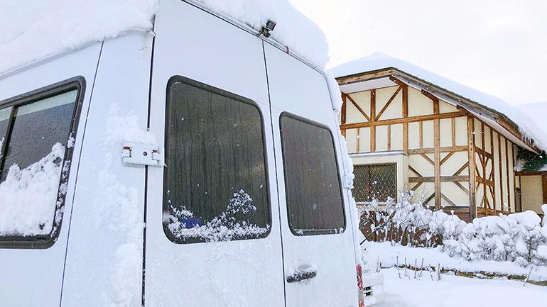 雪の積もったバン