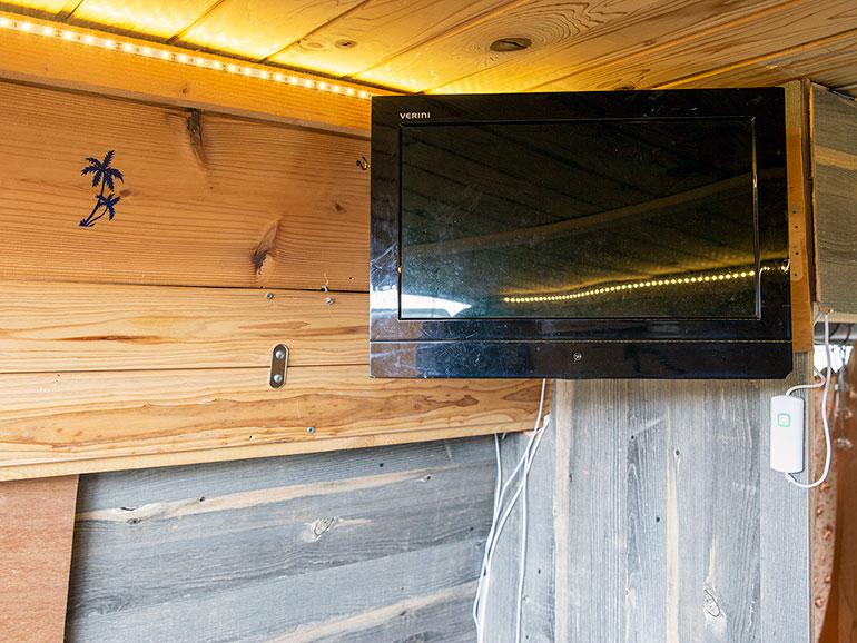 ベッド上に設置したテレビ