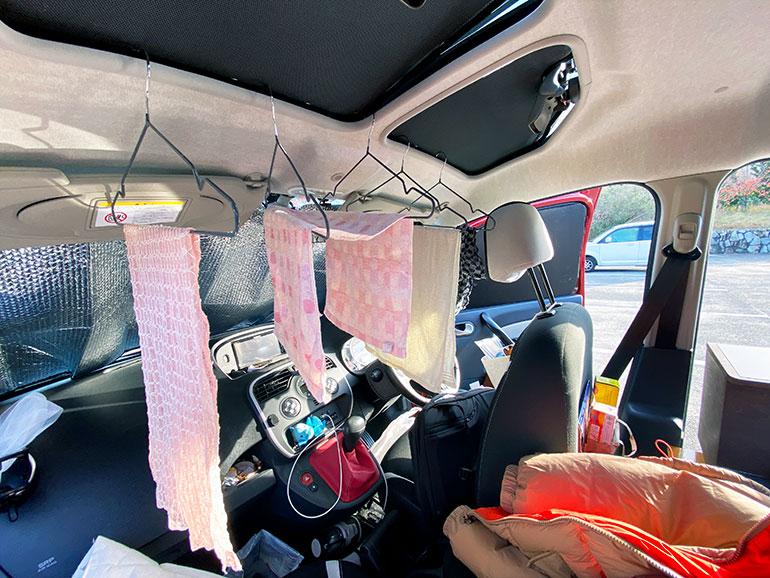 タオルを干している車内