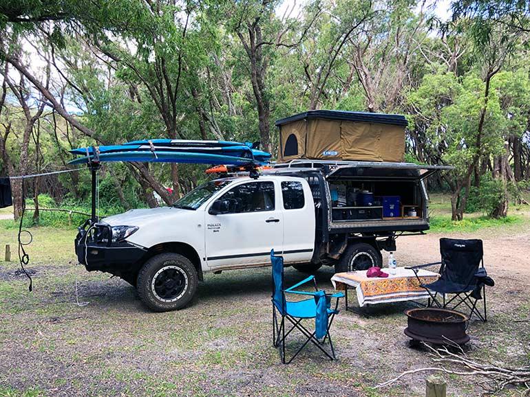 サーフボードを載せたキャンプカー