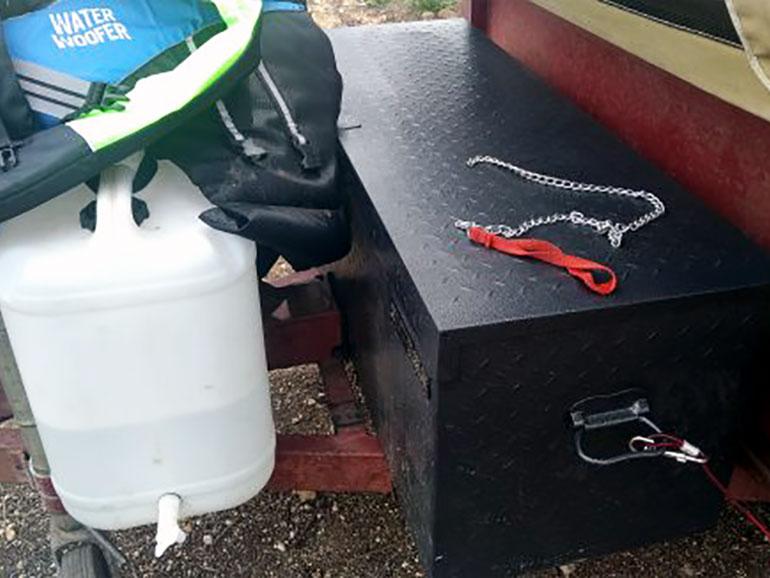 黒の道具箱とボトル