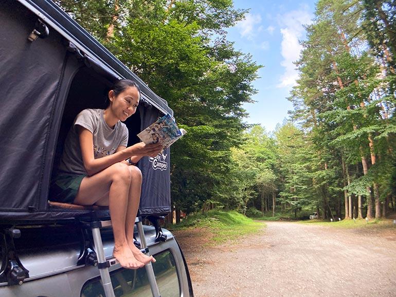 車の上で本を読む女性