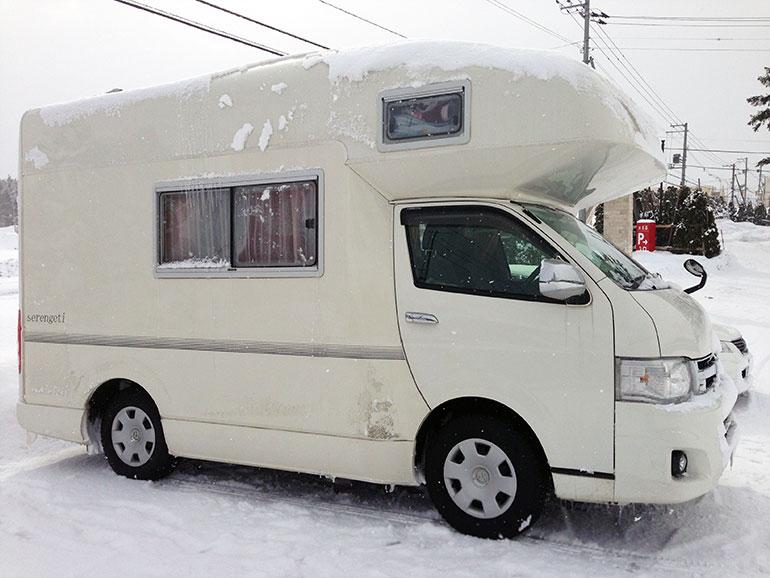 雪の中のキャブコン