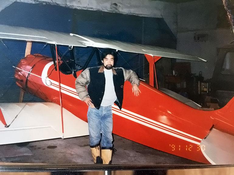 飛行機の前に立つ若かりし頃の大窪正和氏