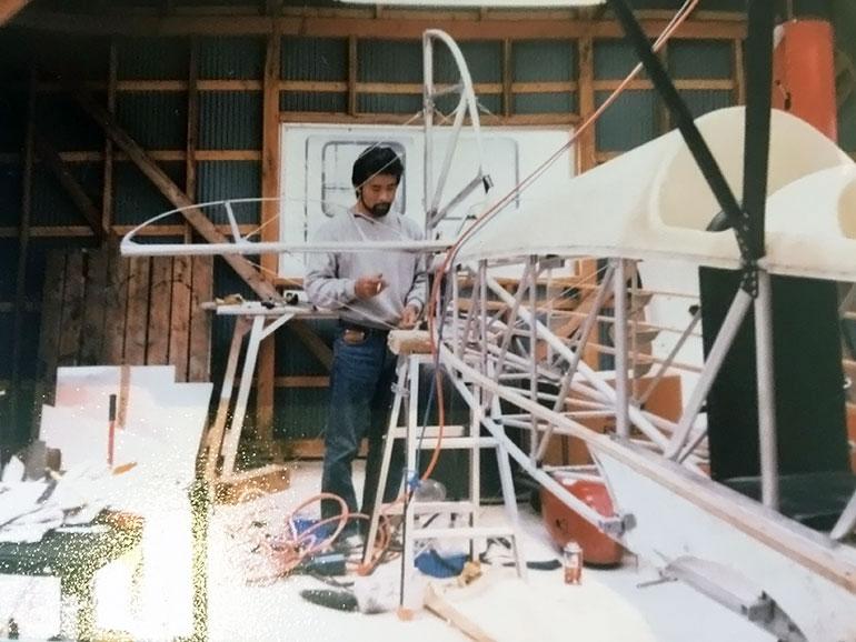 飛行機を製作している若かりし頃の大窪正和氏