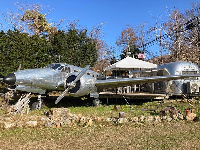 el colina Lake Yamanaka RV Resortの飛行機とビンテージエアストリーム