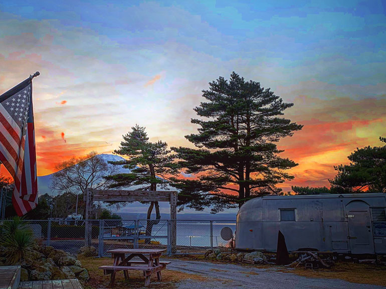el colina Lake Yamanaka RV Resortの夕方の風景