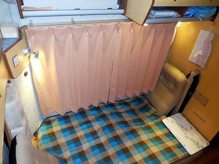 毛布を引き詰めたキャンピングカーのダイネット
