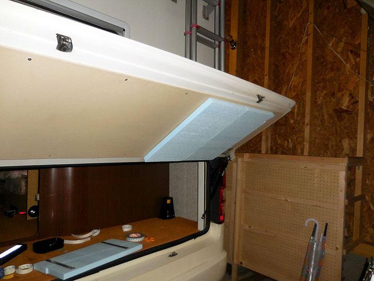 外部収納庫に断熱材を貼っている過程