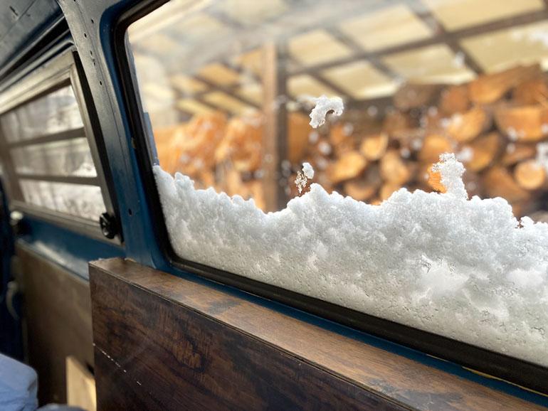 雪のついた窓