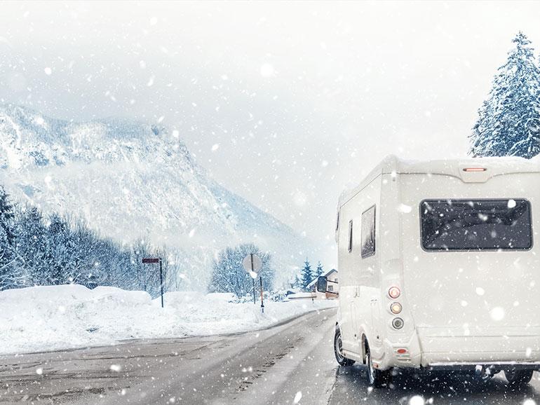 雪道を走るキャンピングカー