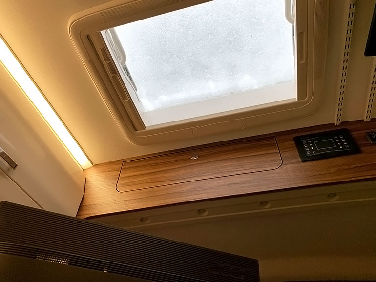 キャンピングカー 天井窓