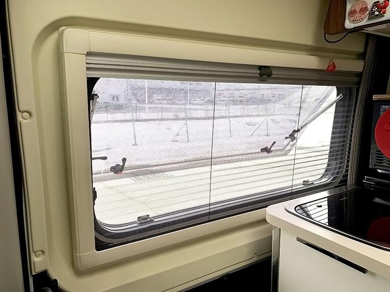 キャンピングカー 窓