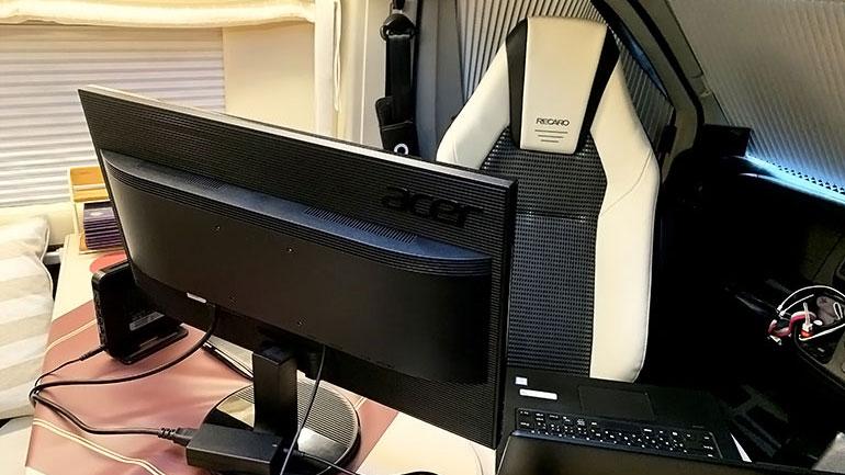 パソコンが置かれたキャンピングカー の車内