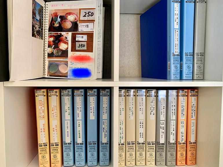 本棚に並んだアルバム