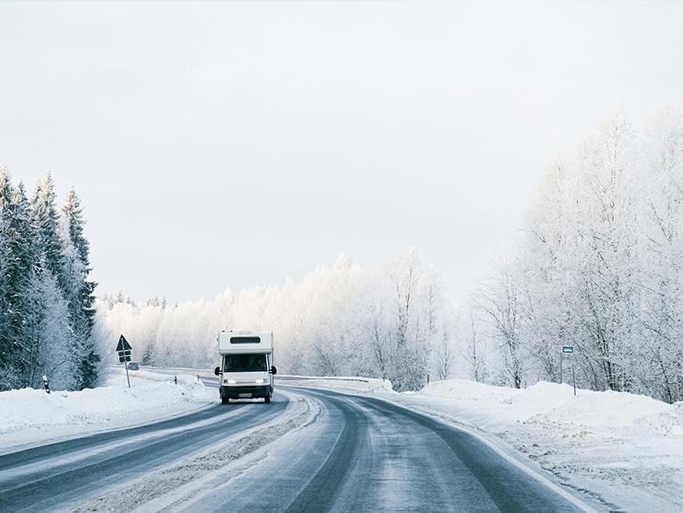 雪の中のキャンピングカー