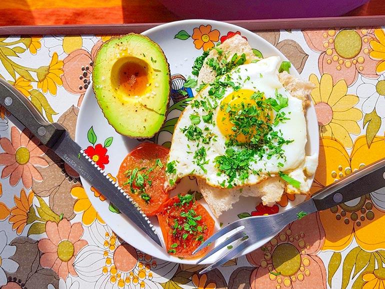 アボカドと目玉焼きの朝食