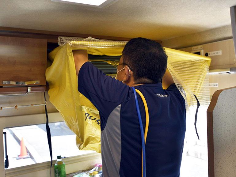 エアコンの洗浄作業カバーの取り付け
