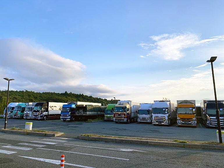 トラックが並んだ駐車場